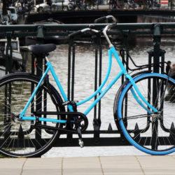 Chiếc xe đạp màu xanh