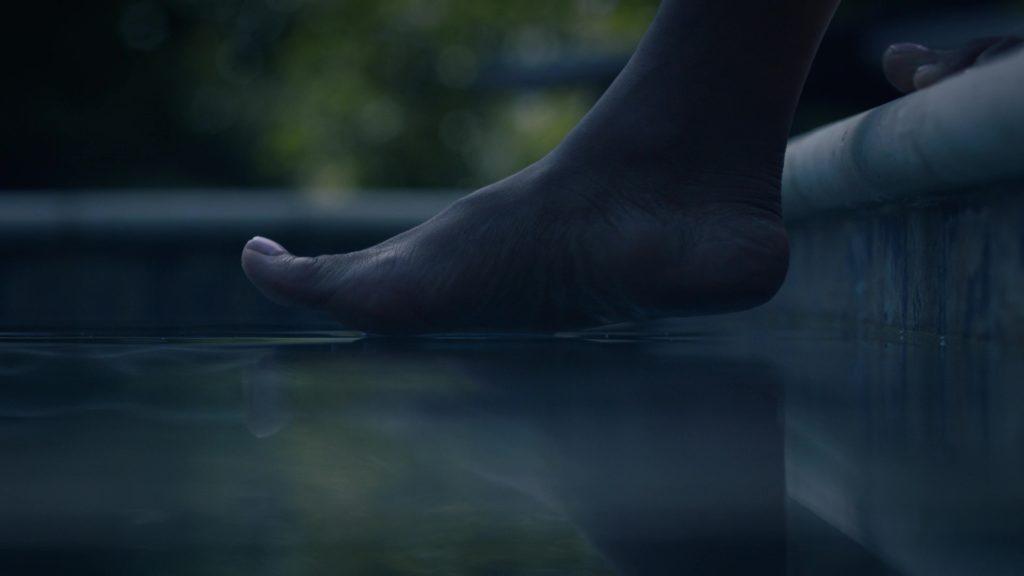 Angela thử đi trên mặt nước