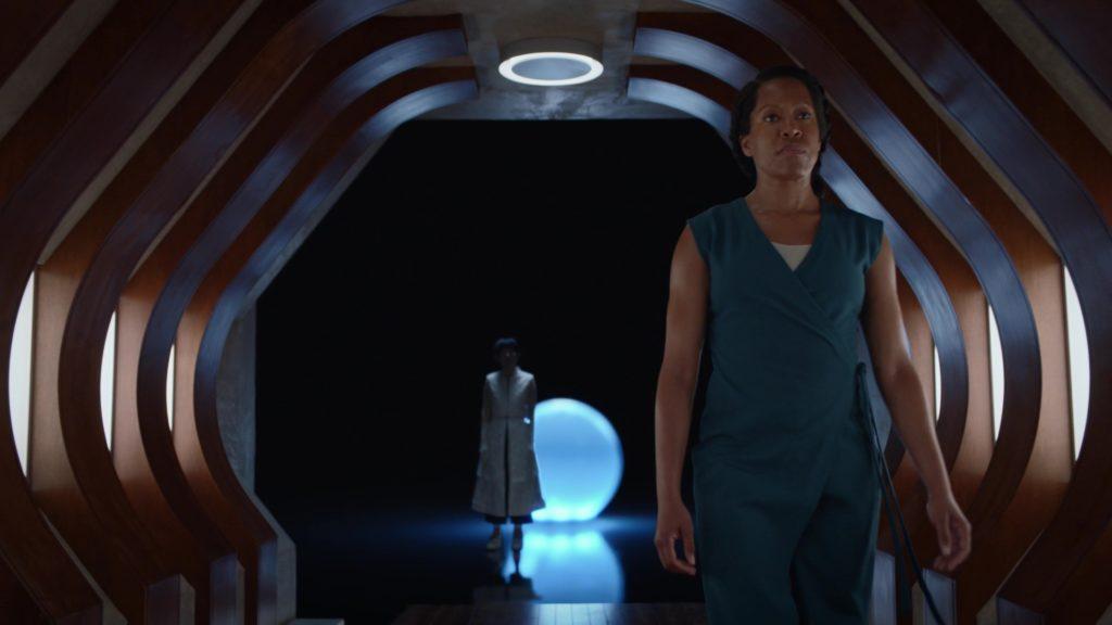 Angela về nhà khi Bà Triệu biết sự thật về Doctor Manhattan