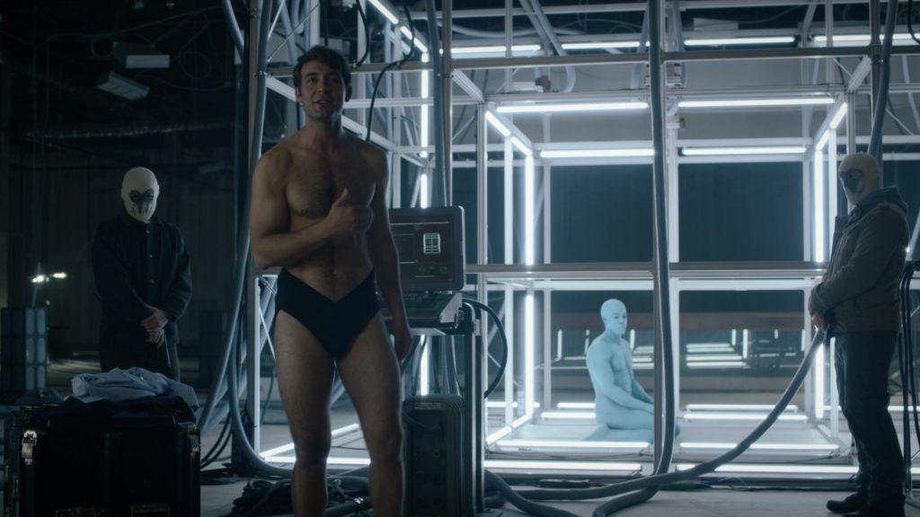 Dr Manhattan bị giam trong chiếc lồng đặc biệt